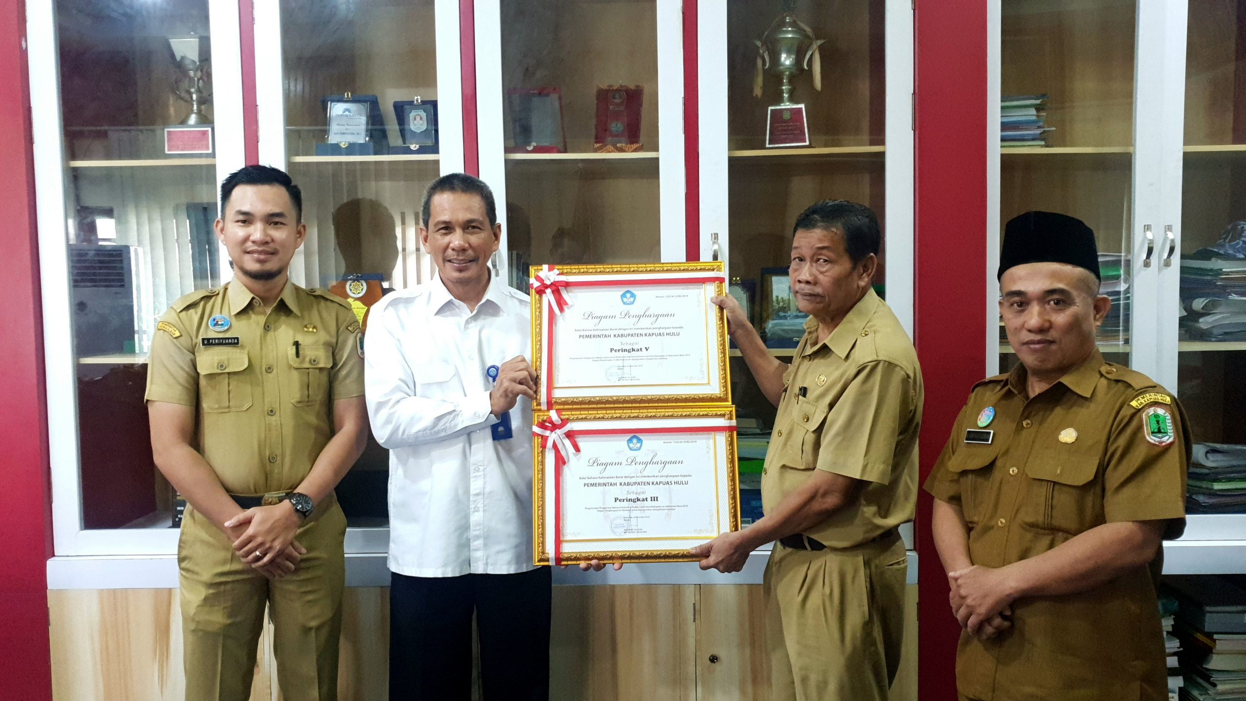 PEMKAB KAPUAS HULU MERAIH PENGHARGAAN DALAM PENGUTAMAAN PENGGUNAAN BAHASA INDONESIA DI MEDIA INFORMASI DARING PEMERINTAH KOTA/KABUPATEN SE-KALIMANTAN BARAT
