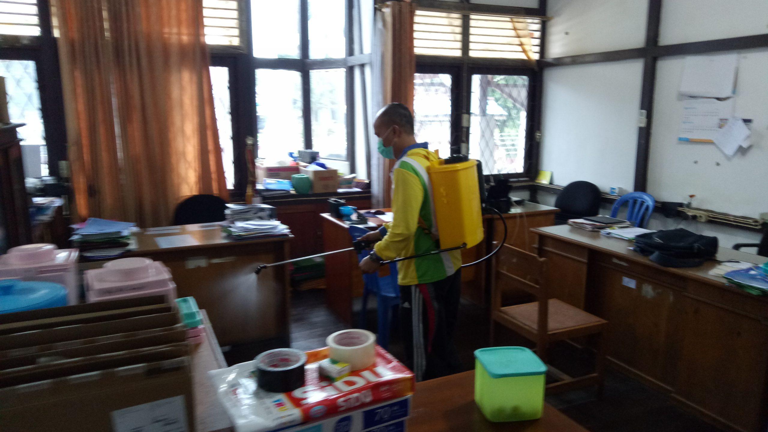Upaya Pencegahan Penyebaran COVID-19, BKPSDM Kapuas Hulu melakukan Penyemprotan Disinfektan di Lingkungan Kantor